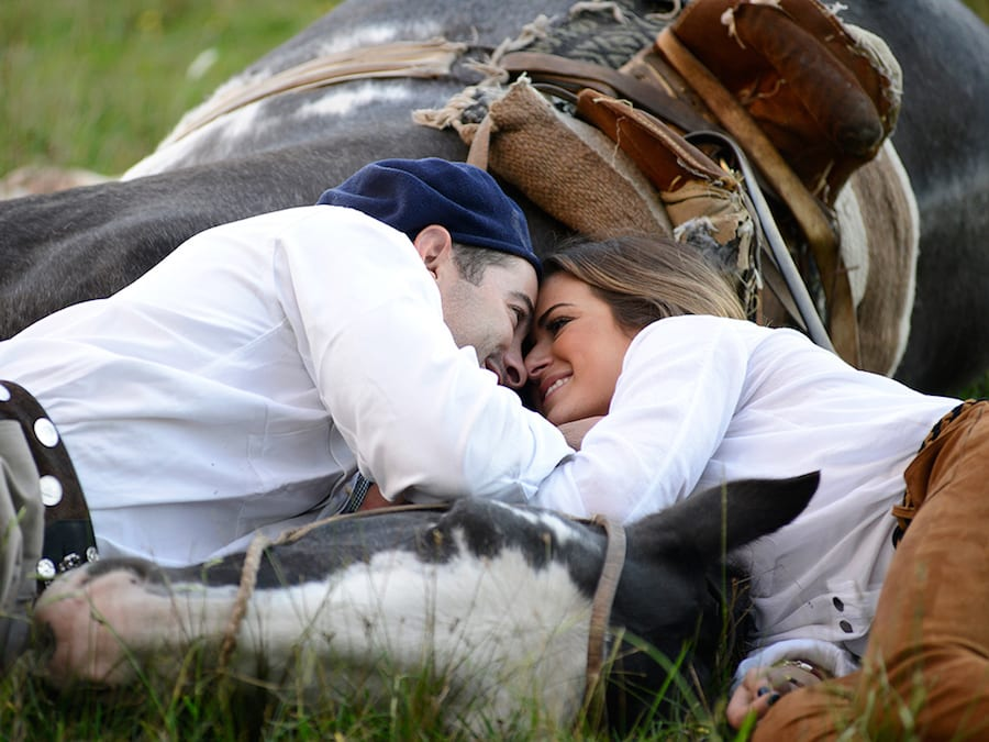 JoJo and Alex on last nights episode of The Bachelorette cuddling a horse