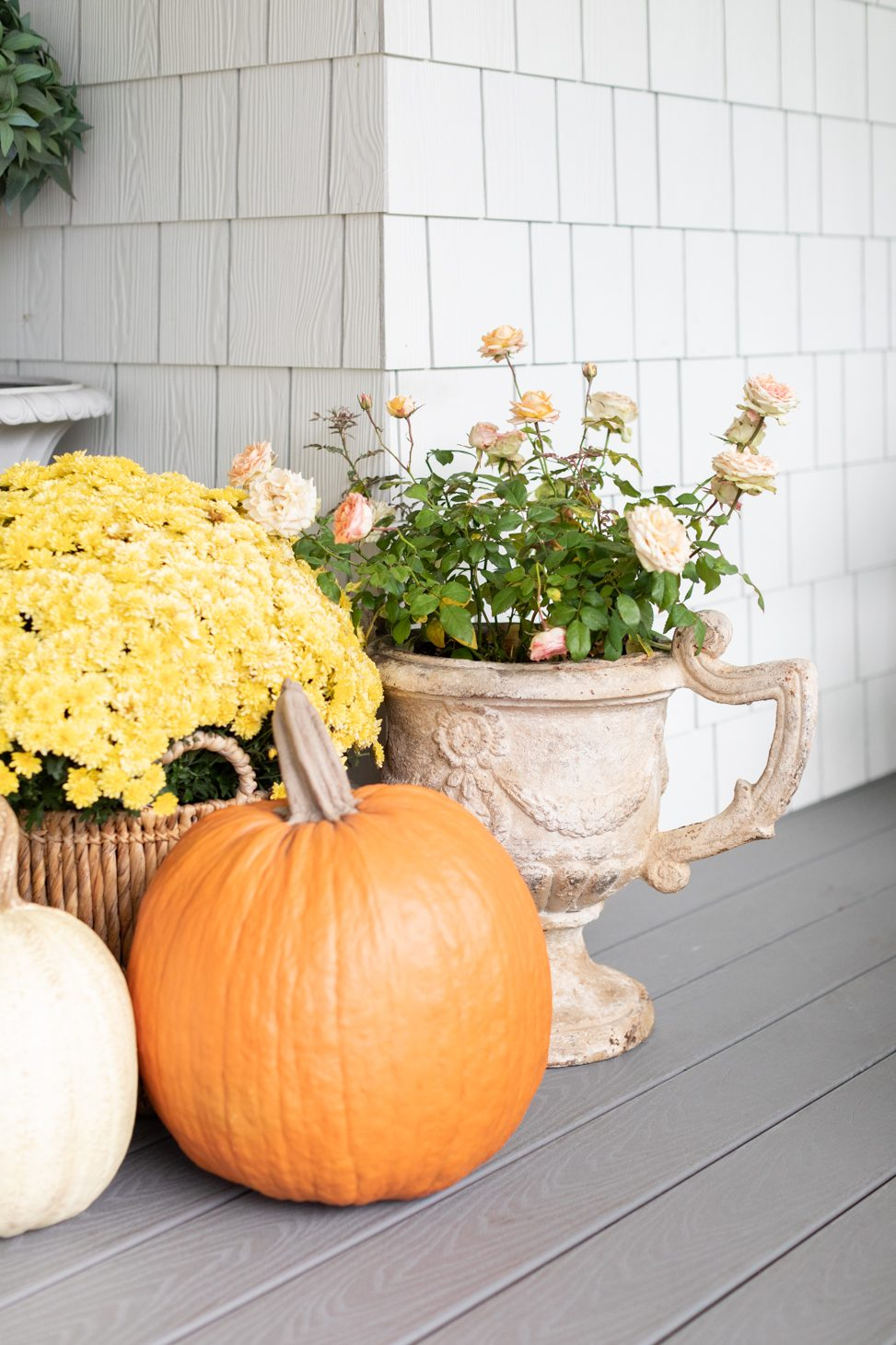how to decorate your porch using pumpkins